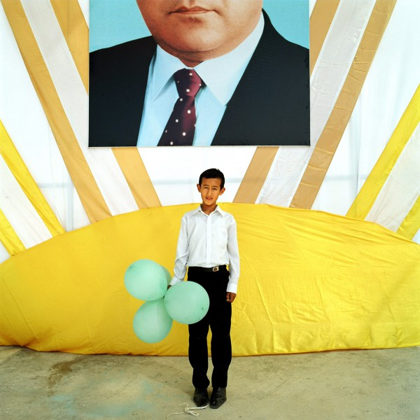 Un jeune Turkmen lors des festivites de la journee de l'independance. Derriere lui le prÈsident du Turkmenistan Saparmourat Niazov . ASHGABAT, Turkmenistan Octobre 2006 ©Nicolas Righetti/Rezo  A young Turkmen during the festivities of the day of the independence. Behind him the president of Turkmanistan Saparmourat Niazov. ASHGABAT, Turkmenistan Octobre 2006 ©Nicolas Righetti/Rezo